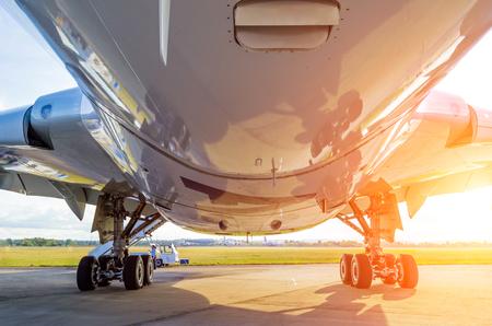 아래에서 아래 및 착륙 기어, 밝은 태양 큰 현대 비행기보기.