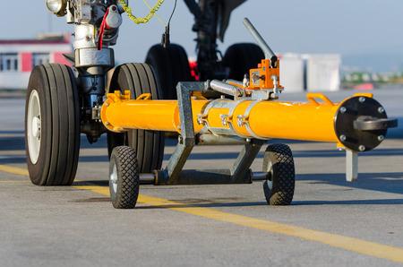 シャーシのフロントの着陸装置に戻ってカートの飛行機を押す