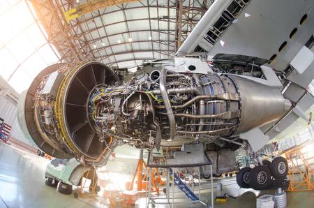 Motorvliegtuig zonder kap, voor reparatie, inspectie. Stockfoto - 81013658