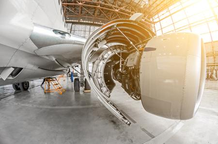Servicio de aviones, vista del capó abierto del motor Foto de archivo