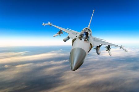 군사 전투기 아래에서 백라이트와 푸른 하늘을 배경으로 제트기