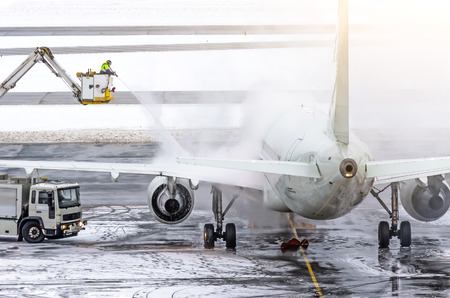 Het grondpersoneel zorgt voor de-icing. Ze sproeien het vliegtuig, wat het optreden van rijp voorkomt