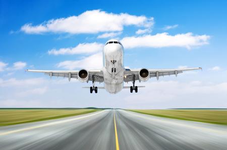 Movimento di velocità di atterraggio di partenza di volo degli aerei dell'aeroplano su una pista nel bel tempo con il giorno del cielo dei cumuli Archivio Fotografico