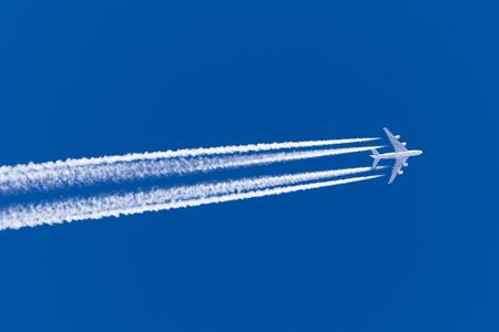 Énorme avion gros quatre moteurs aviation aéroport contrail nuages