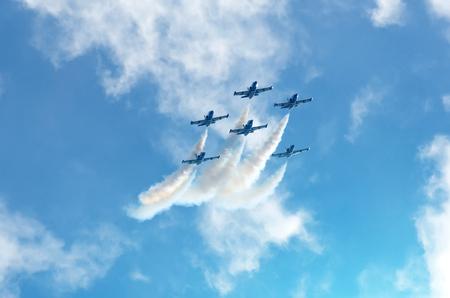 Les avions de combat fument l'arrière-plan du ciel et du soleil
