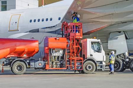 Refueling airplane, aircraft maintenance fuel at the airport Banque d'images