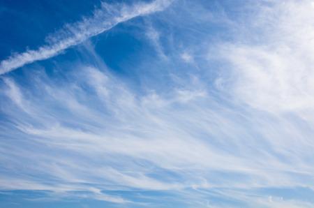 Cirrostratus nubes en un cielo azul en un día soleado Foto de archivo