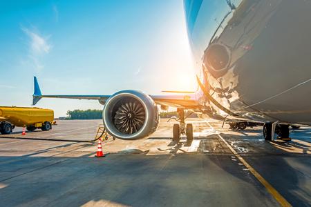 Tramonto in aeroporto. Rifornimento di carburante dell'aereo prima del volo, carburante per la manutenzione degli aeromobili in aeroporto