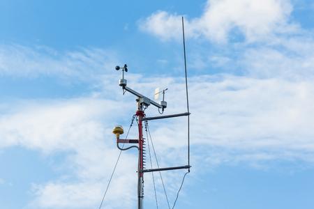 Estación meteorológica automática, con sistema de monitorización meteorológica. Contra el fondo de un cielo azul con nubes