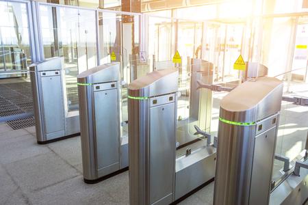 Drehkreuze für den Durchgang von U-Bahnen Transport Standard-Bild