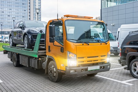 운송 준비가 된 견인 트럭에 적재된 해치백 자동차