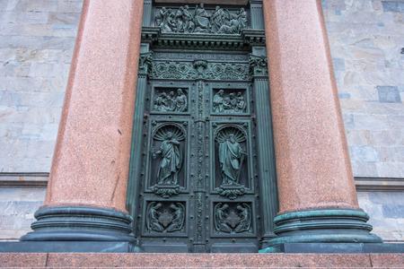 La porte avec deux portes et une fresque de personnages religieux, et deux colonnes de granit