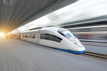 Pociąg jeździ z dużą prędkością na stacji kolejowej w mieście.