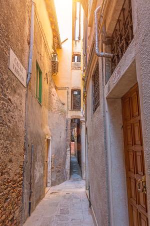 La strada più stretta della città di Venezia è Calle varisco Archivio Fotografico