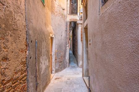La strada più stretta della città di Venezia è Calle varisco