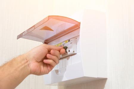 Protección de la instalación eléctrica configurando el cuadro de distribución, encendido a mano