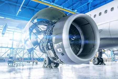Vista de tema industrial. Reparación y mantenimiento del motor de la aeronave en el ala de la aeronave.