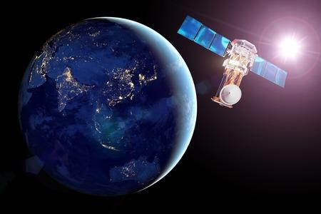 Satellite di comunicazione in orbita terrestre, vista del lato notturno del pianeta, città notturne luminose e sole splendente. Elementi di questa immagine fornita dalla NASA
