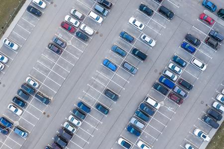 Vista aérea desde arriba - aparcamiento en una zona residencial de la ciudad. Foto de archivo
