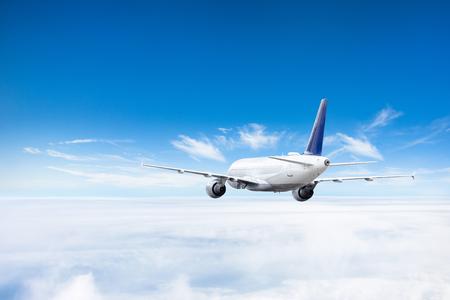Avión vuela por encima de las nubes en lo alto del cielo. Foto de archivo