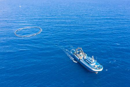 Barco de pesca con equipo especial para la pesca, velas de estructura de pez en el mar Mediterráneo. Foto de archivo