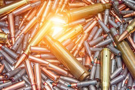 Balles de munitions, fond de guerre militaire. L'armée fournit la texture