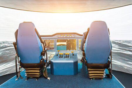 Control del simulador de la nave, embarcación marina .. Vista de la silla del capitán de la cabina