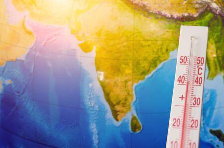 Termometr o wysokiej temperaturze czterdziestu stopni Celsjusza, na tle kontynentu subkontynentu indyjskiego. Koncepcja gorącej pogody