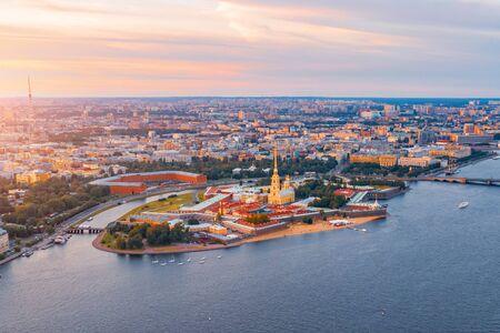 Luftbild Panorama der Peter-und-Paul-Kathedrale bei rotem Sonnenuntergang, Festungsmauern, in Saint-Petersburg Standard-Bild