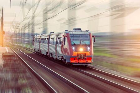 Der Personendieselzug fährt mit dem Bahnbewegungsunschärfeeffekt.