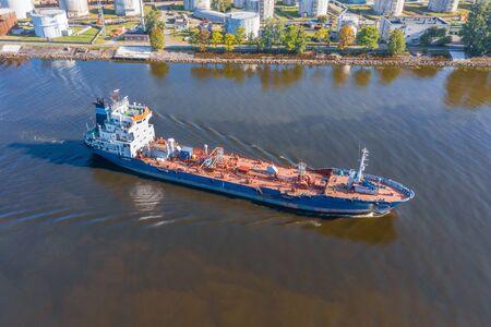 Le navire-citerne de vue aérienne avec la cargaison en vrac liquide navigue dans l'eau de canal
