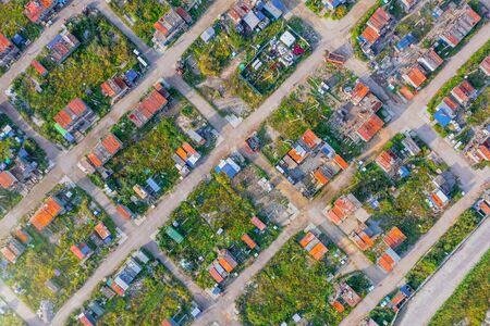 Luftaufnahme von oben nach unten in großer Höhe des Slums eine dicht besiedelte städtische informelle Siedlung zeichnete sich durch Bauherren und Lohnarbeiter aus, minderwertige Wohnungen, Elend, schlechte Lebensbedingungen, Straßenanhänger Standard-Bild