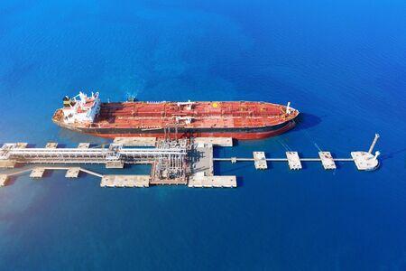Vue aérienne du grand terminal de chargement de pétrole du port avec de grands réservoirs de stockage. Infrastructure ferroviaire pour la livraison de marchandises en vrac par mer, utilisant une station de pompage dans un navire-citerne pour le transport et la livraison Banque d'images