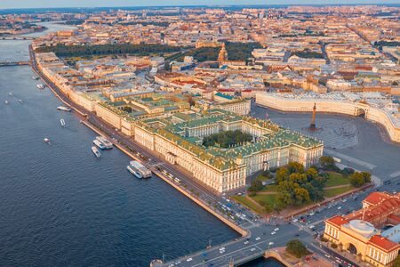 Aerial view of Palace Square Hermitage Winter Palace and embankment of the Neva River in the evening at sunset Foto de archivo - 129843993