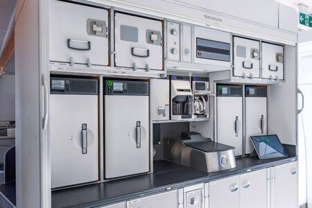 Preparando comida para los pasajeros en la cocina vacía dentro del avión