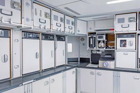 Preparare il cibo per i passeggeri nell'angolo cucina vuoto all'interno dell'aereo Archivio Fotografico