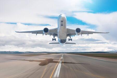 Tagesansicht der Sonne und das Flugzeug fliegt schnell in den Himmel