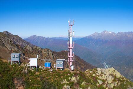 Tour de communication avec cabines pour station de service et cellule mobile, sur les pentes des montagnes