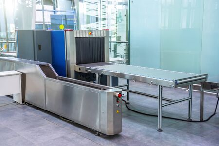 X-ray machine for screening passenger luggage at the airport check-in counter Banque d'images