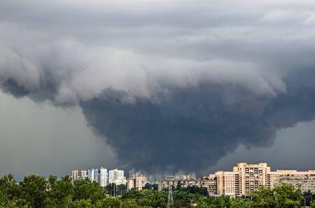 Énorme tornade catastrophique puissante et large dans une puissance urbaine densément peuplée à l'échelle F3, EF4-5