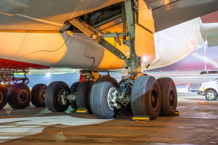 Group of main landing gear of a wide-body aircraft under the wing and fuselage Zdjęcie Seryjne
