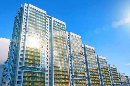 与太阳眩光的多层住宅综合体,以及工人的建筑摇篮,用于完成外部门面
