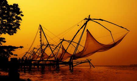 redes de pesca: Silueta de las redes de pesca chinas en la noche romántica Aserene