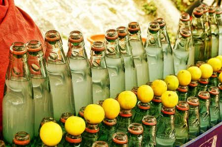 jus de citron: bouteille de savoureux jus de citron indien