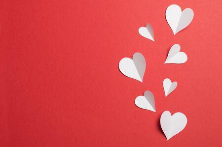papieren hartjes op een rode achtergrond