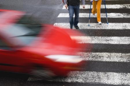 paso de cebra: coche withh peatonal Foto de archivo