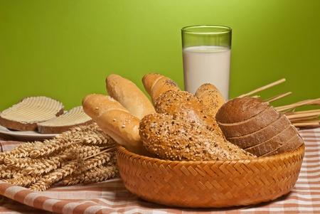 canasta de panes: productos horneados Foto de archivo