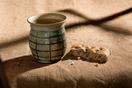 chalice and bread on the textile tablecloth Imagens