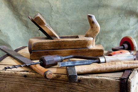 herramientas de carpinteria: martillo y herramientas antiguas de carpinter�a Foto de archivo