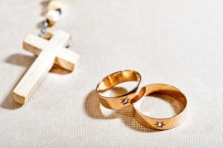 catholic wedding: wedding rigs aand rosary Stock Photo